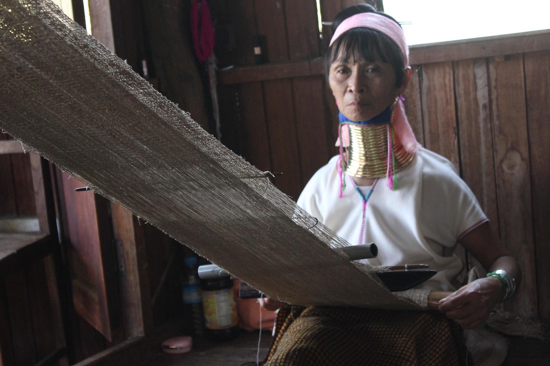 Frumusețe atipică  și vestimentație în Myanmar